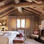 Деревянные элементы наполняют комнату