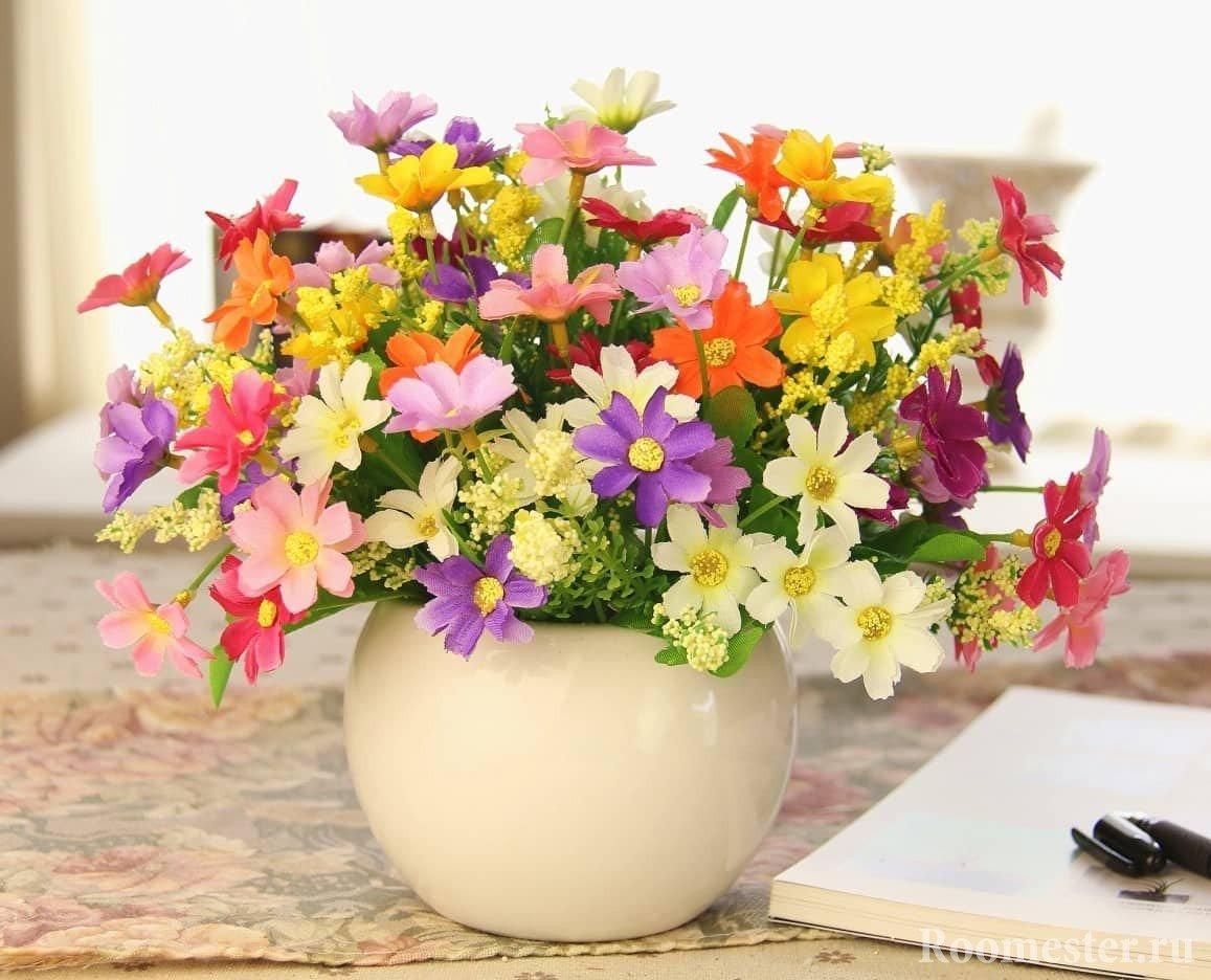 Простой дизайн вазы с искусственными цветами