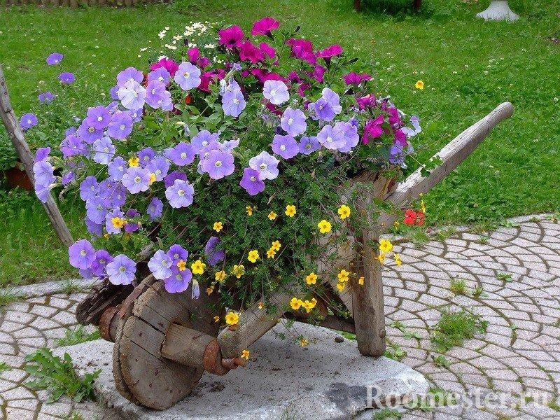 Декоративная тачка с цветами