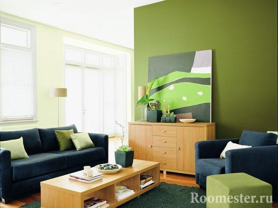 Синий диван в оливковой гостиной