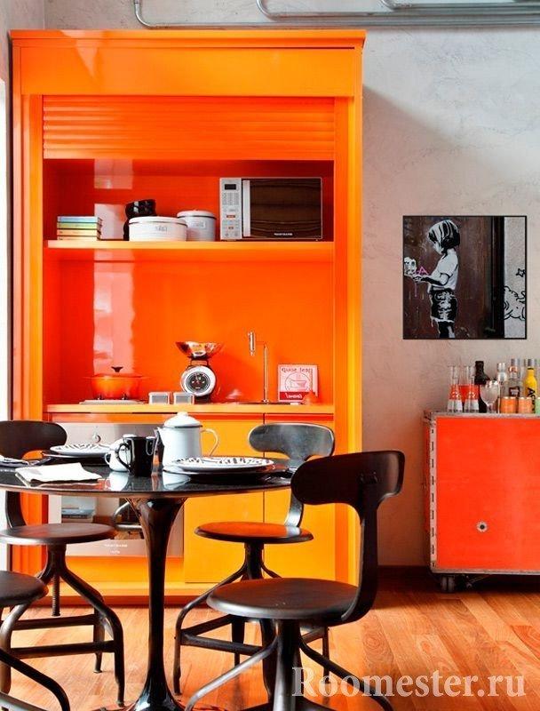Оранжевый шкаф