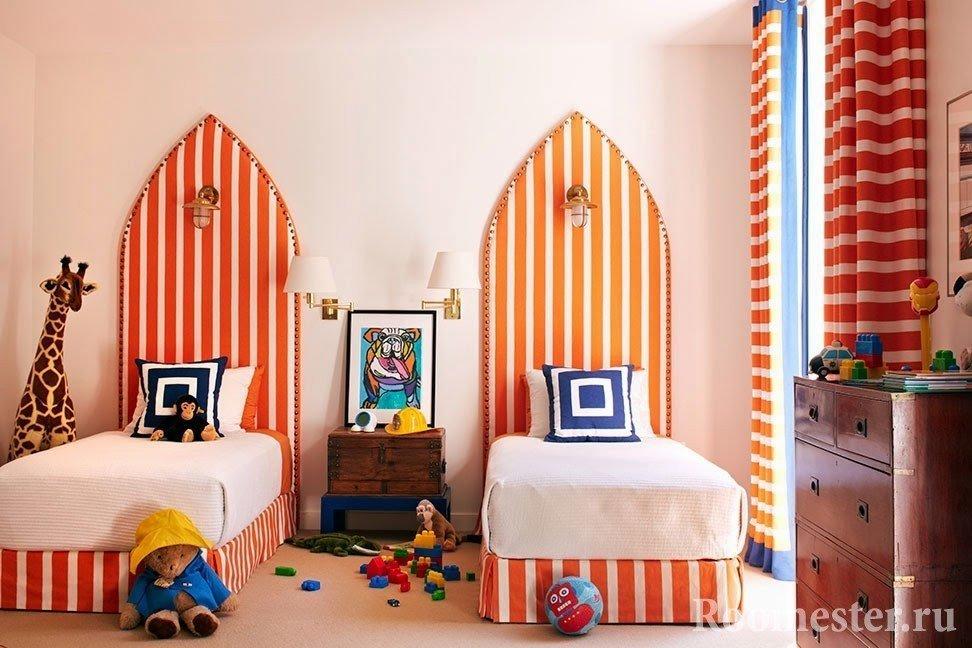 Оранжевые кровати в полоску в детской