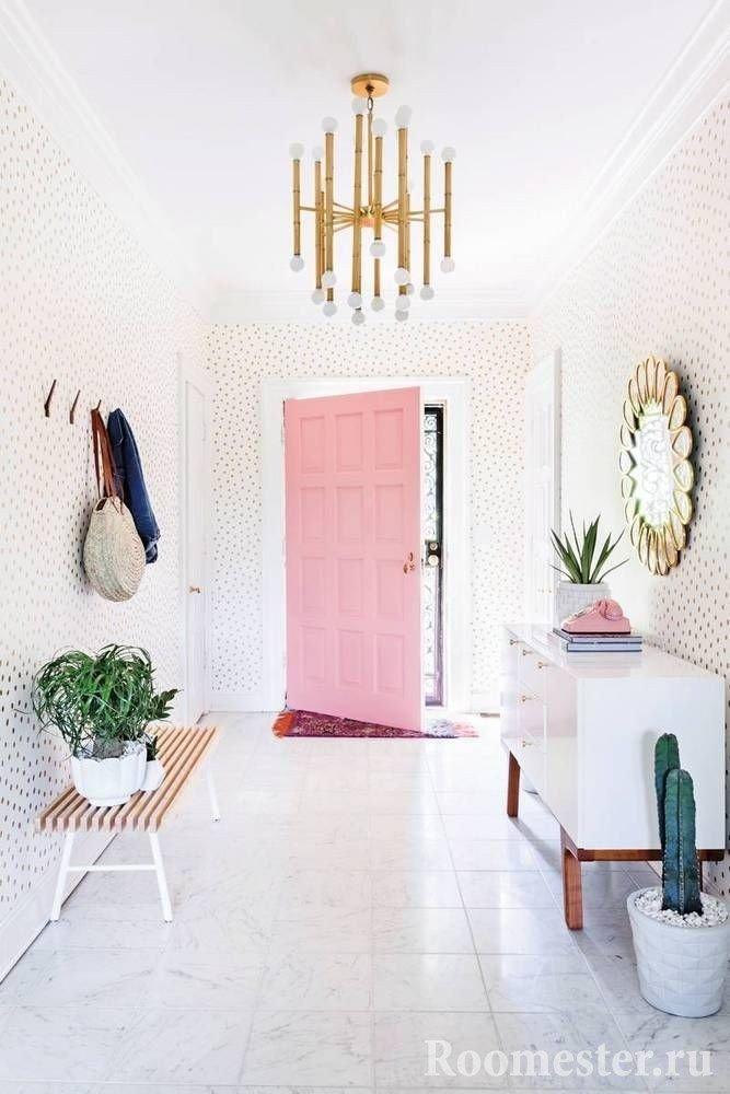 Входная розовая дверь в прихожей