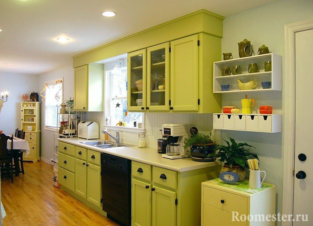 Белые стены и салатовая кухня
