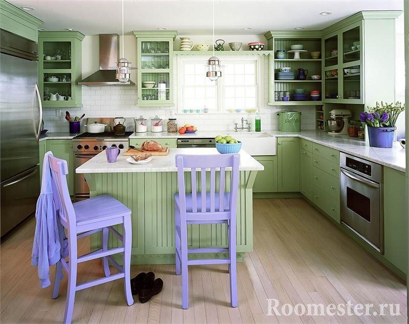 Сочетание зеленого и фиолетового в кухне