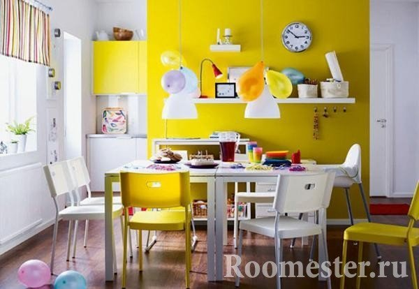 Dining room in yellow