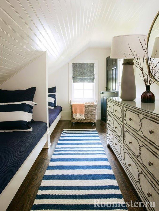 Узкая спальня с двумя кроватями