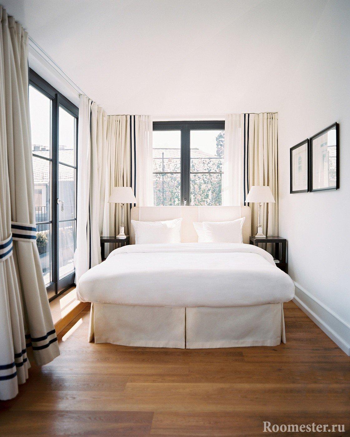 Окна от пола до потолка в спальной комнате