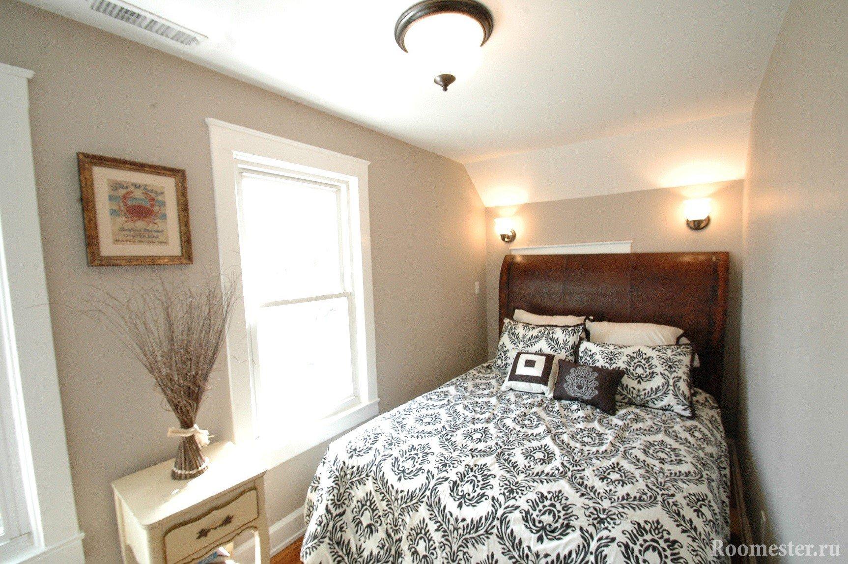 Двухспальная кровать в маленькой спальне