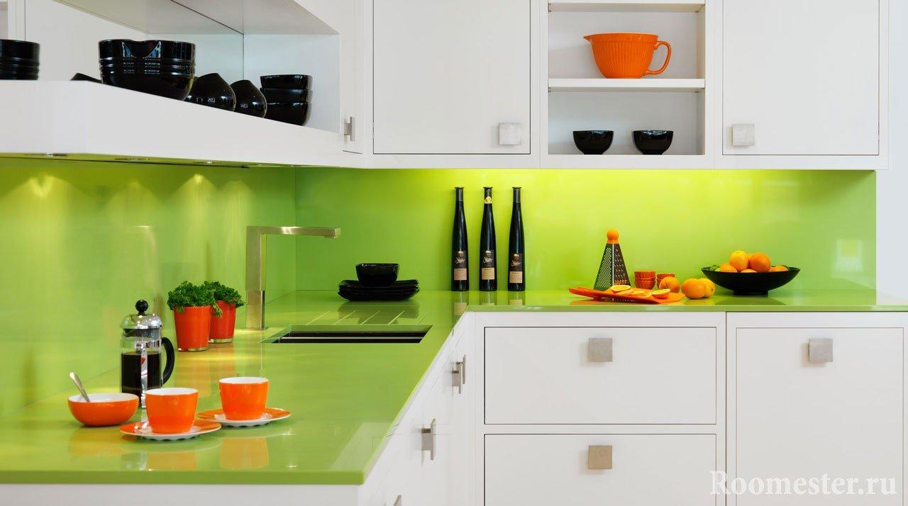 Зеленый фартук и столешница в белой кухне