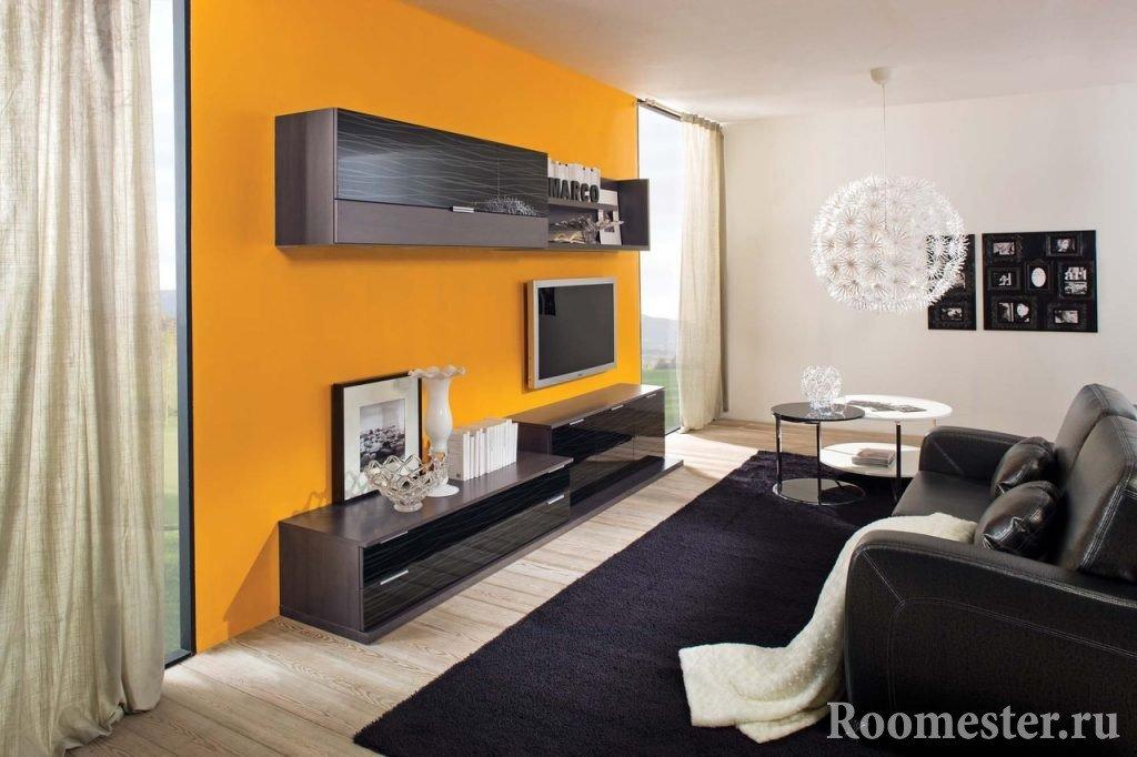 Интерьер узкой комнаты с окнами на стене большей длины