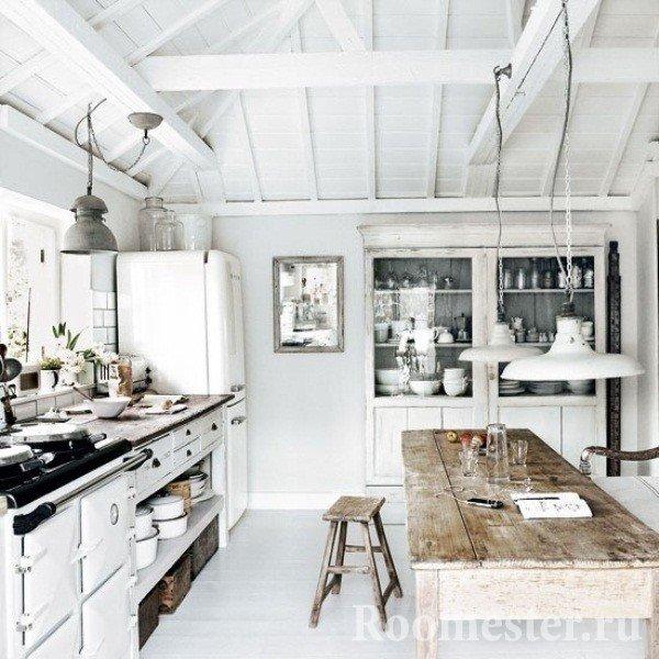 Белая кухня в деревянном доме