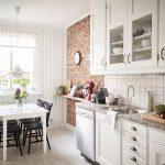 Кирпичная стена в белой кухне