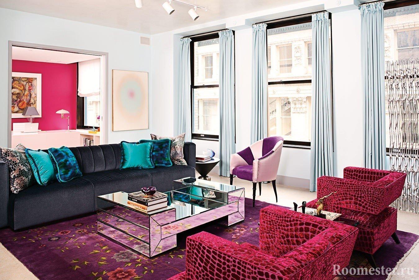 Дизайн гостиной с креслами цвета бордо