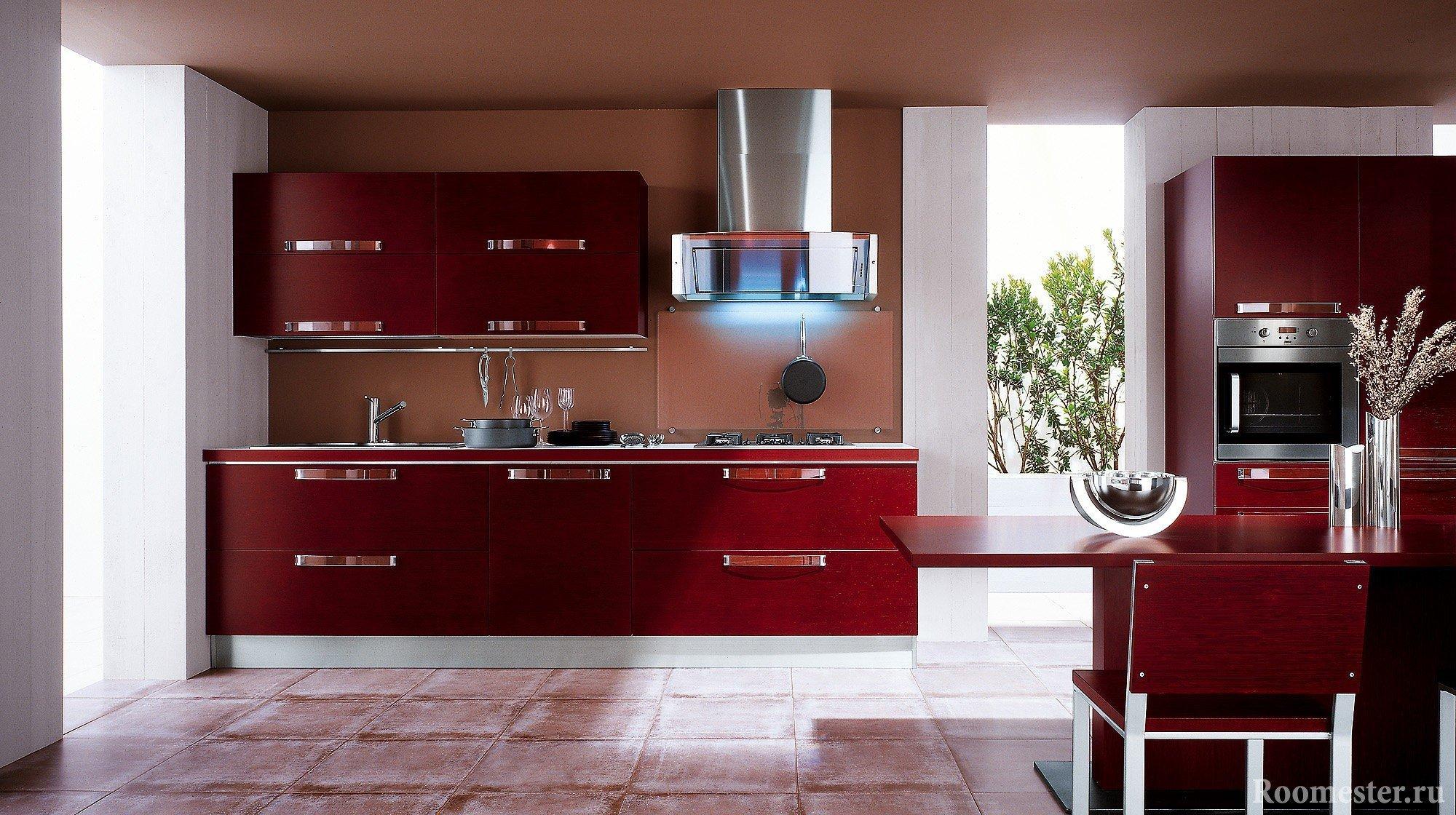 Сочетание цвета бордо и металлических элементов кухни