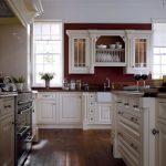 Белая кухня с небольшой стеной бордового цвета