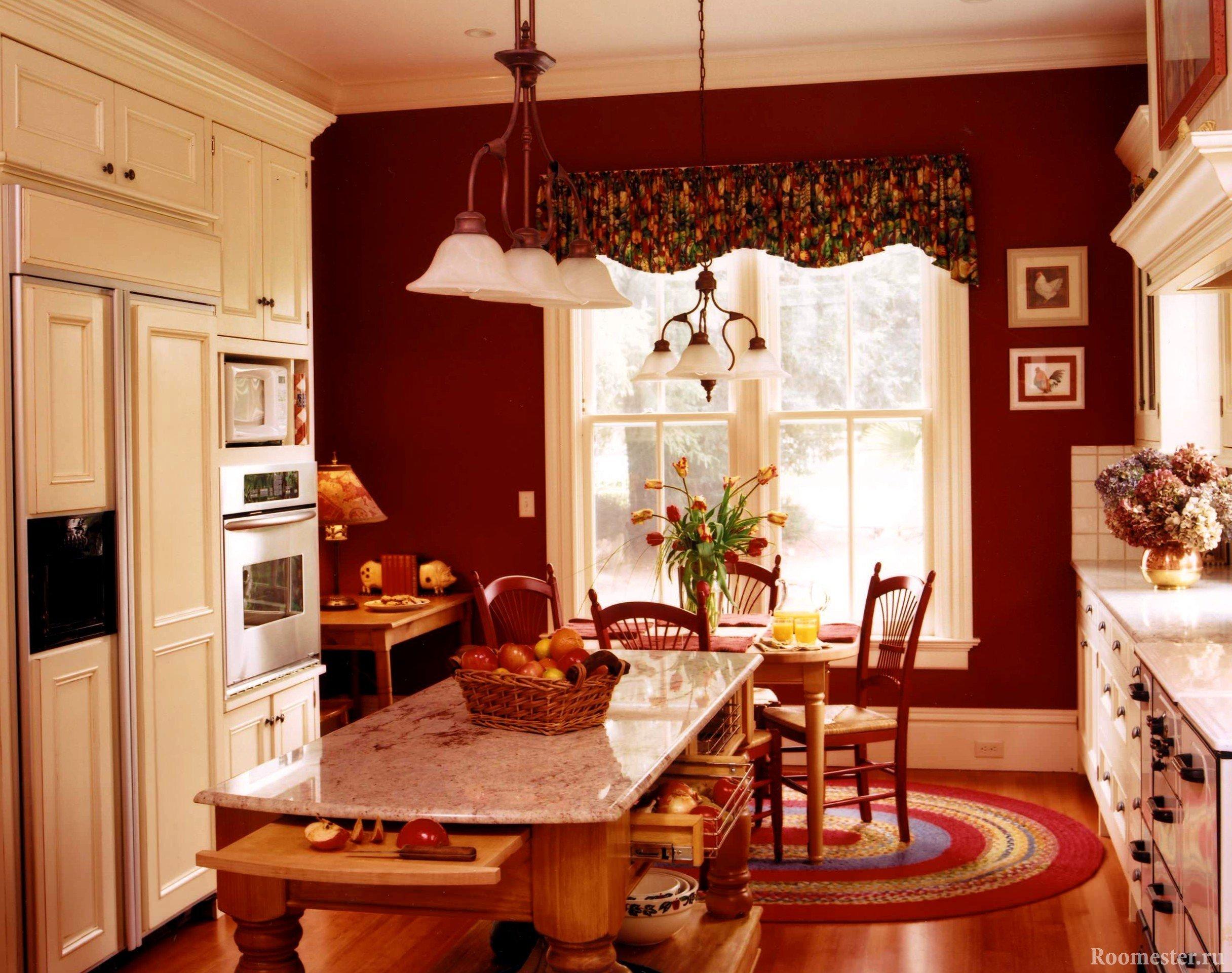 Кухня в сочетании бежевого и бордового цвета
