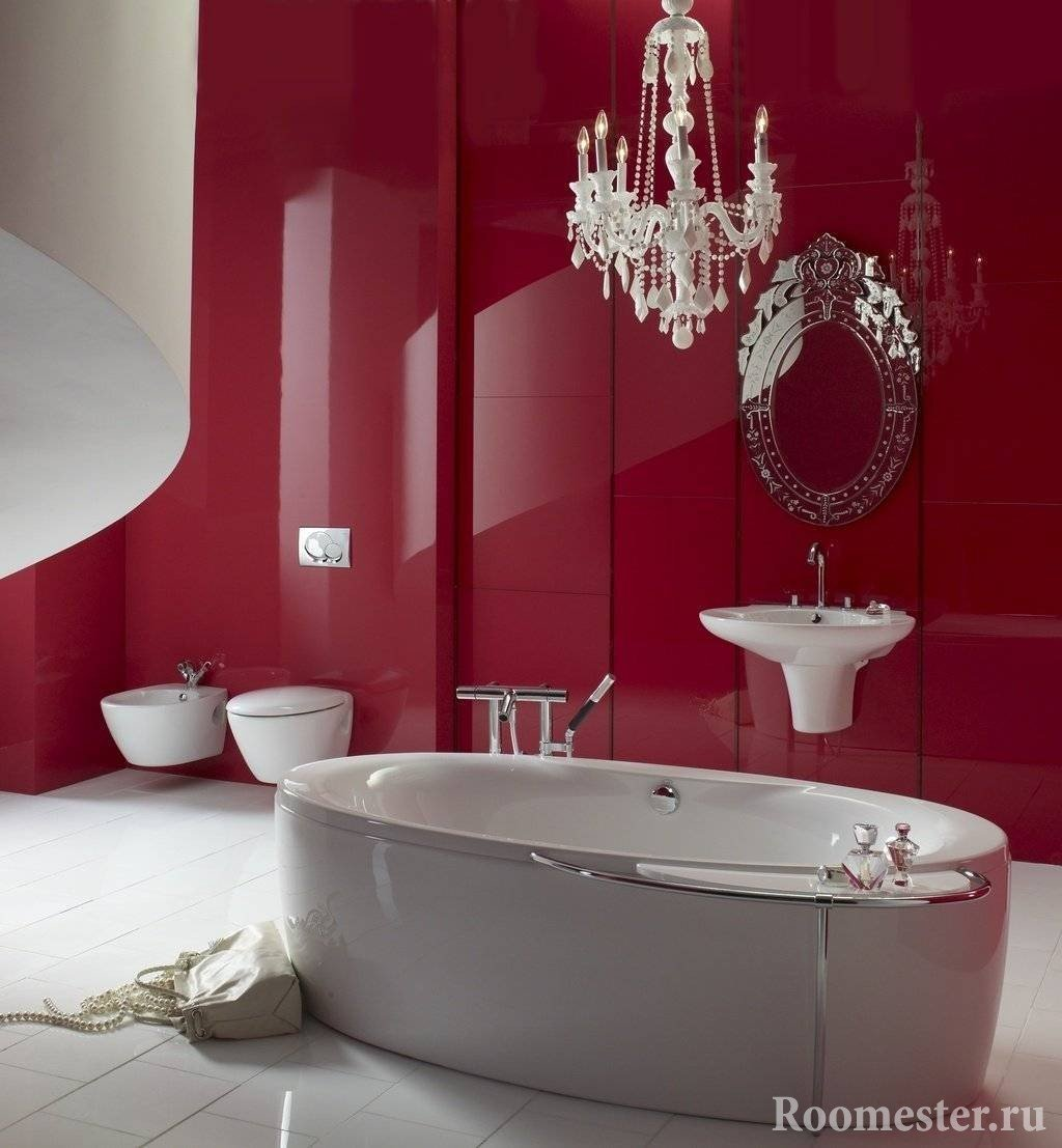 Стильная ванная со стеной бордового оттенка
