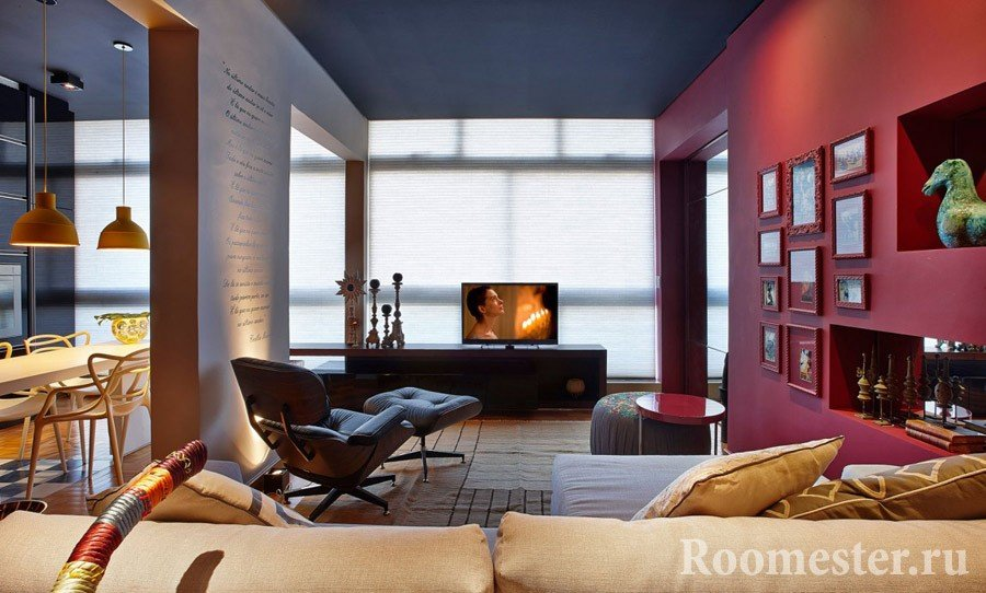 Окрашенная стена гостиной комнаты в цвет бордо