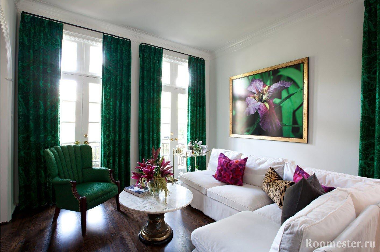 Зеленые акценты в белой комнате