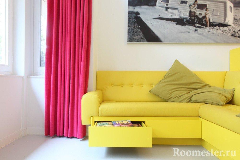 Желтый диван и малиновые шторы