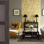 Желтые акценты в сером дизайне комнаты