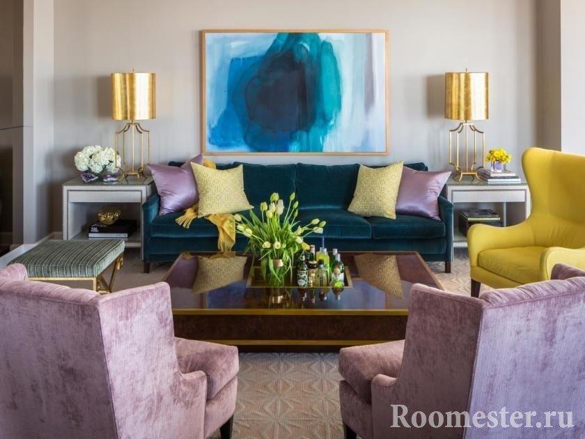 Не только предметы мебели могут разнообразить интерьер, но и картина может стать цветовым пятном