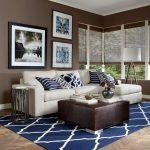 Синий ковер и коричневые стены