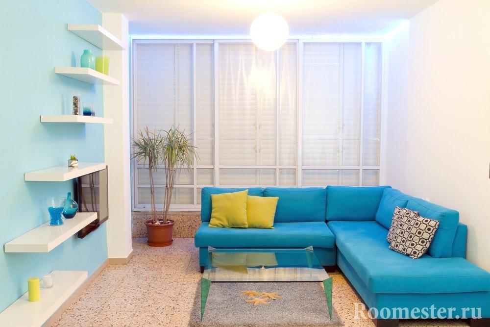 Голубая стена в комнате