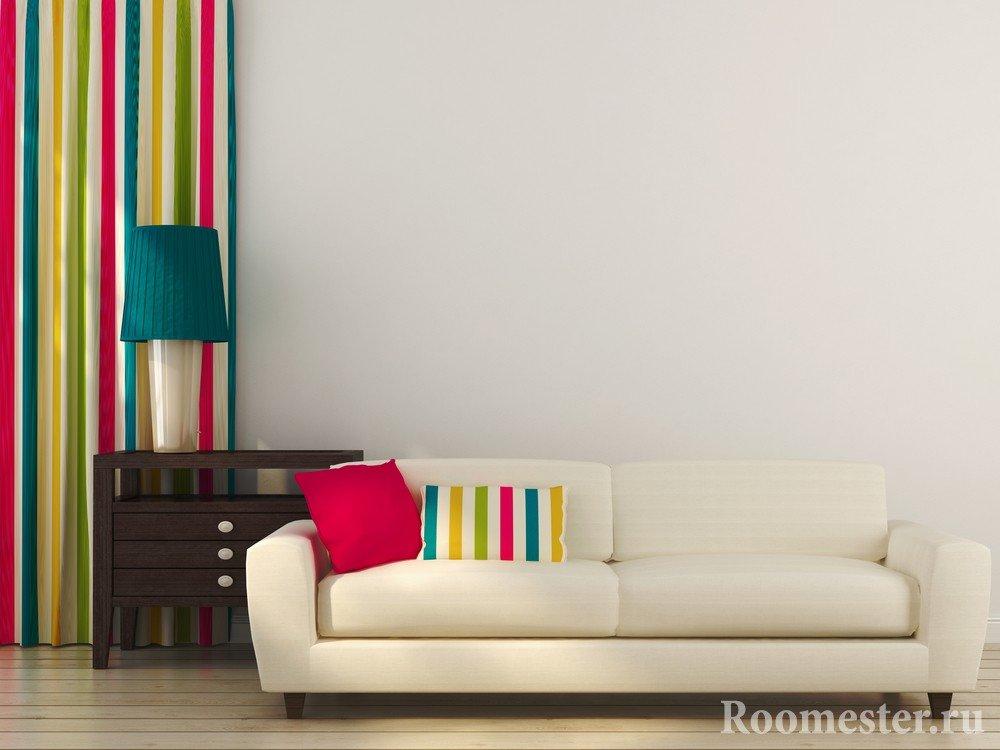 Отдельные цветные предметы декора могут преобразить скучный интерьер