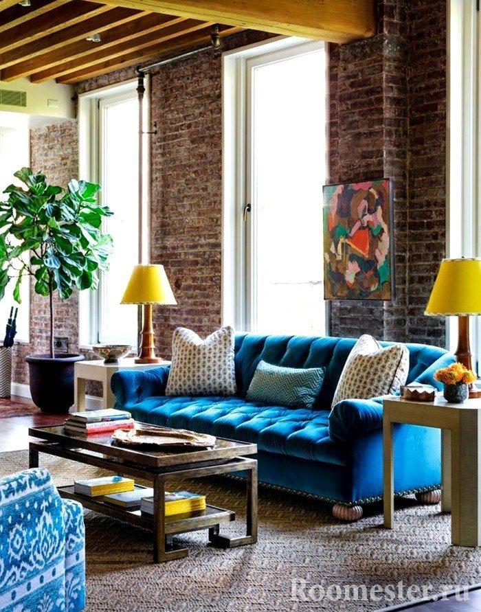 Синяя мебель и желтые аксессуары
