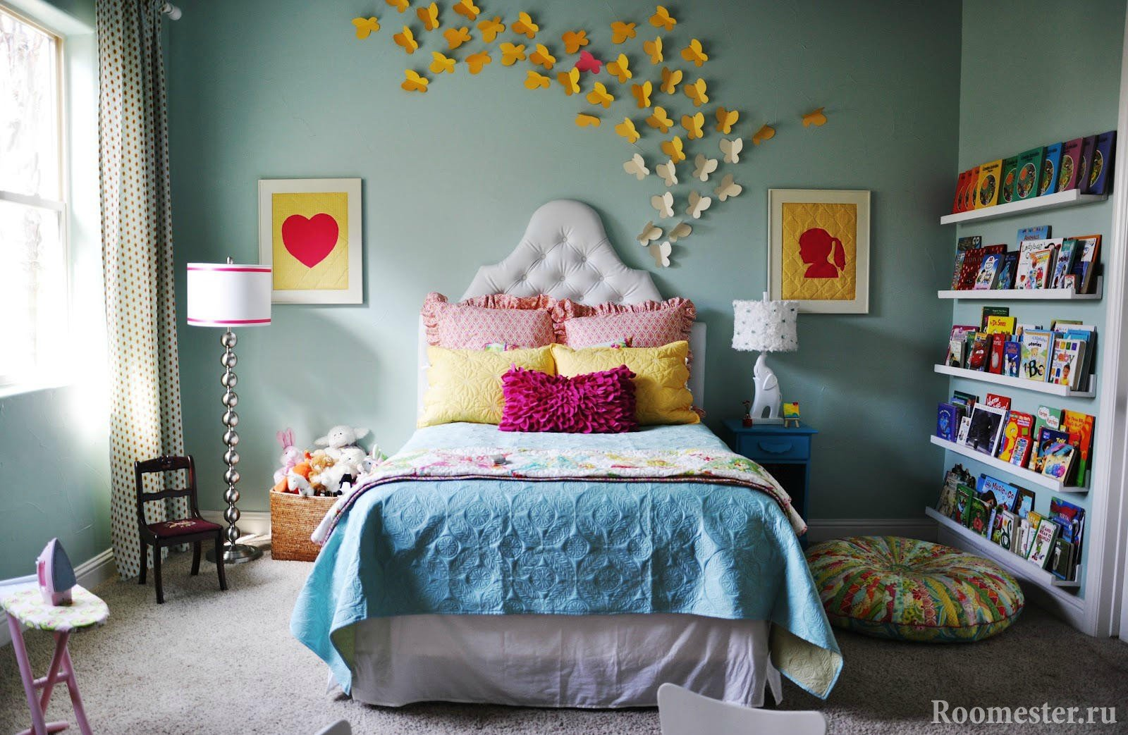 Декор стены бабочками из картона