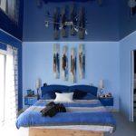 Натяжной потолок в синей спальне