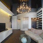 Темный натяжной потолок в гостиной