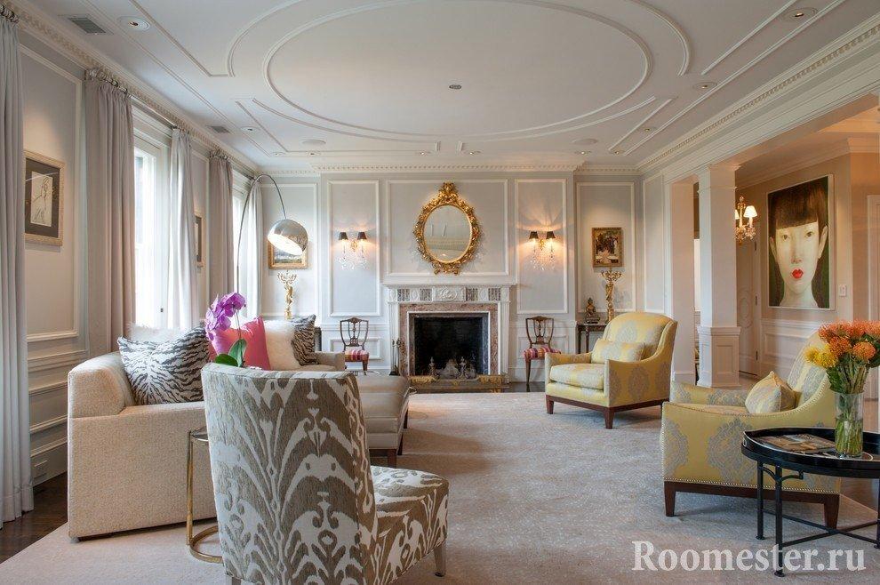 Дизайн потолка в гостиной с лепниной