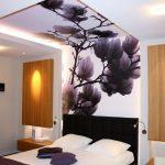 Оформление потолка в спальной комнате обоями с перспективой