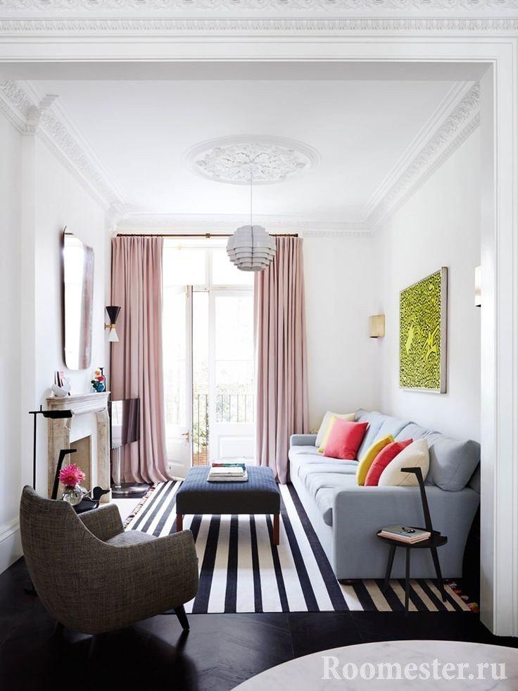 Гостиная комната с балконом
