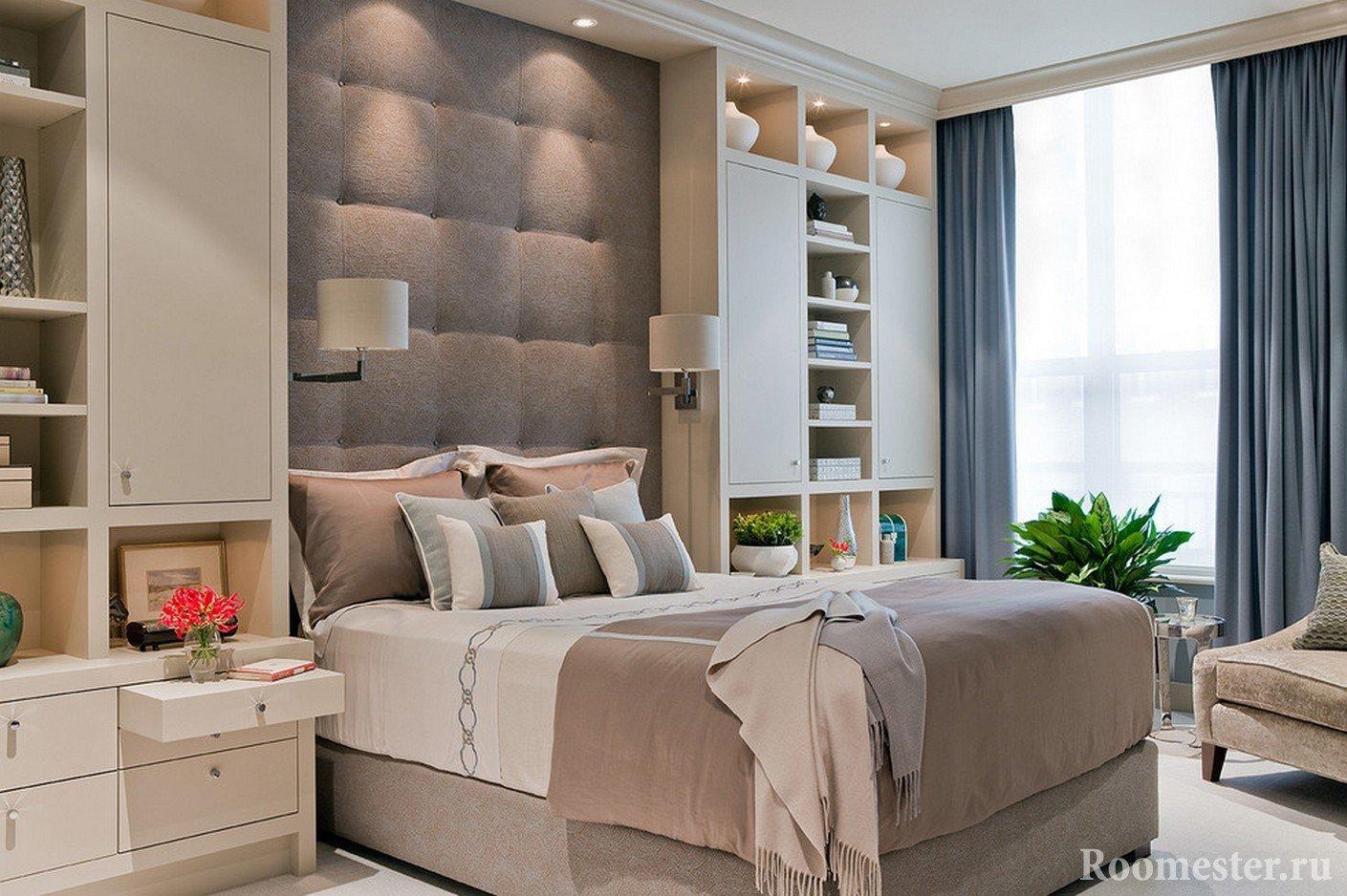 Расположение стеллажей по обе стороны кровати