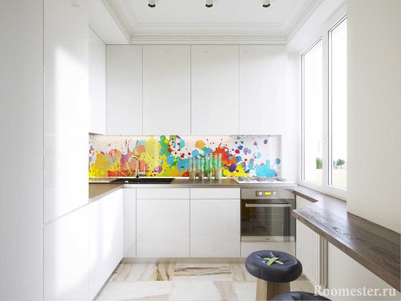 Цветной стеклянный фартук в белой кухне