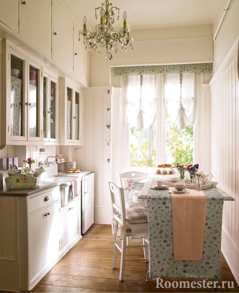 Белая узкая кухня