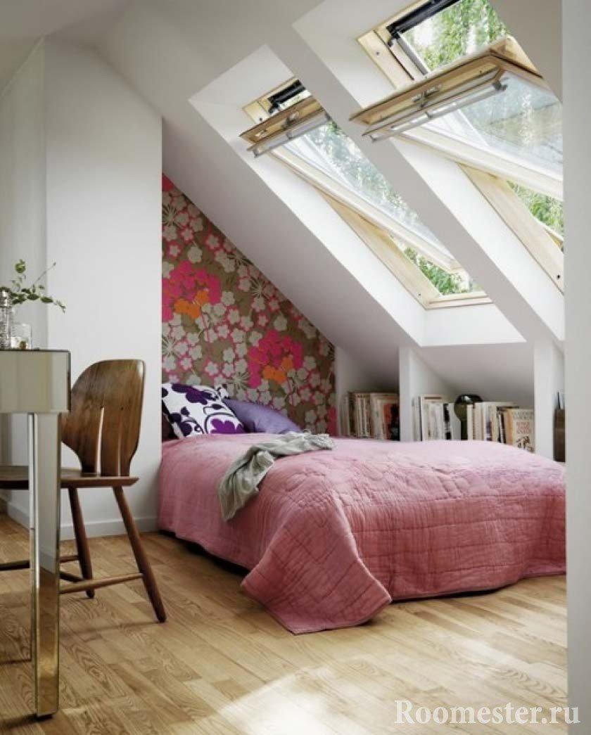 Мансардные окна над кроватью