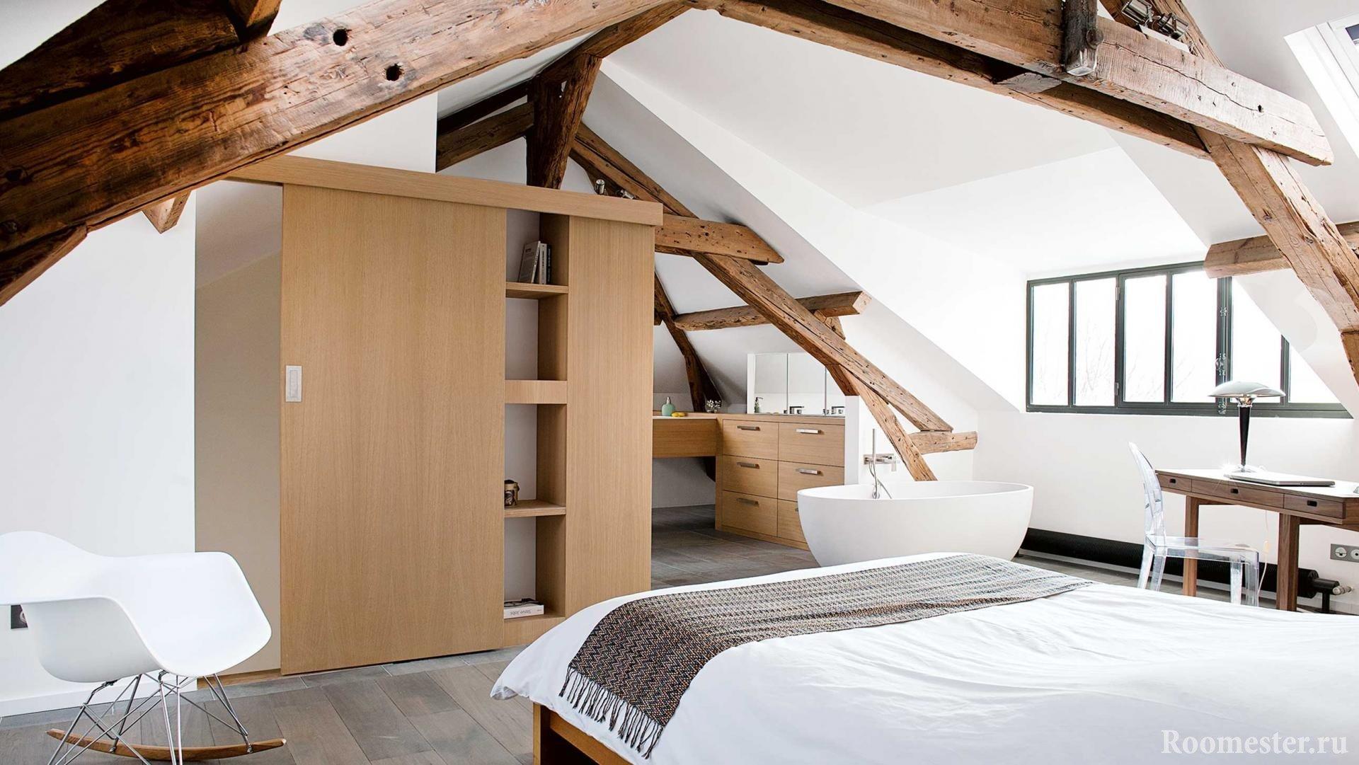 Спальня с ванной на чердаке в доме