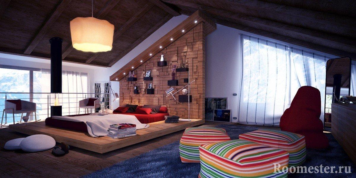 Просторная спальня под крышей дома