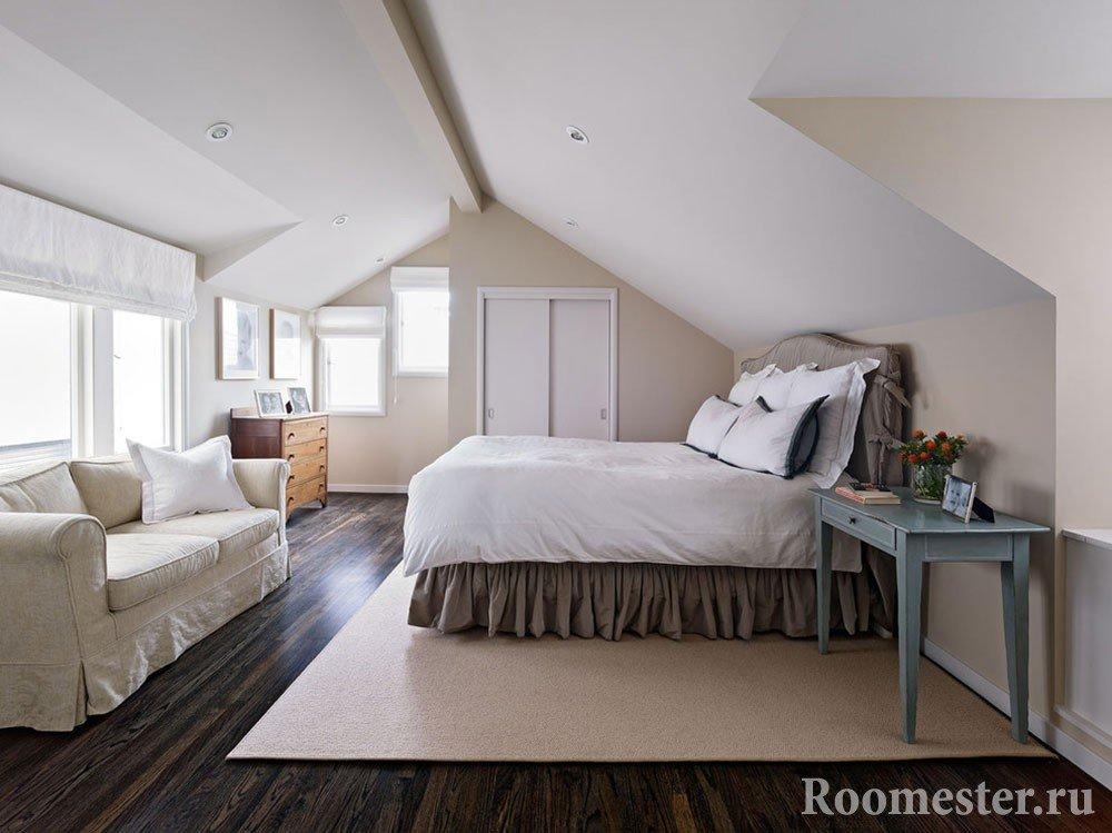 Спальня на мансарде с окнами