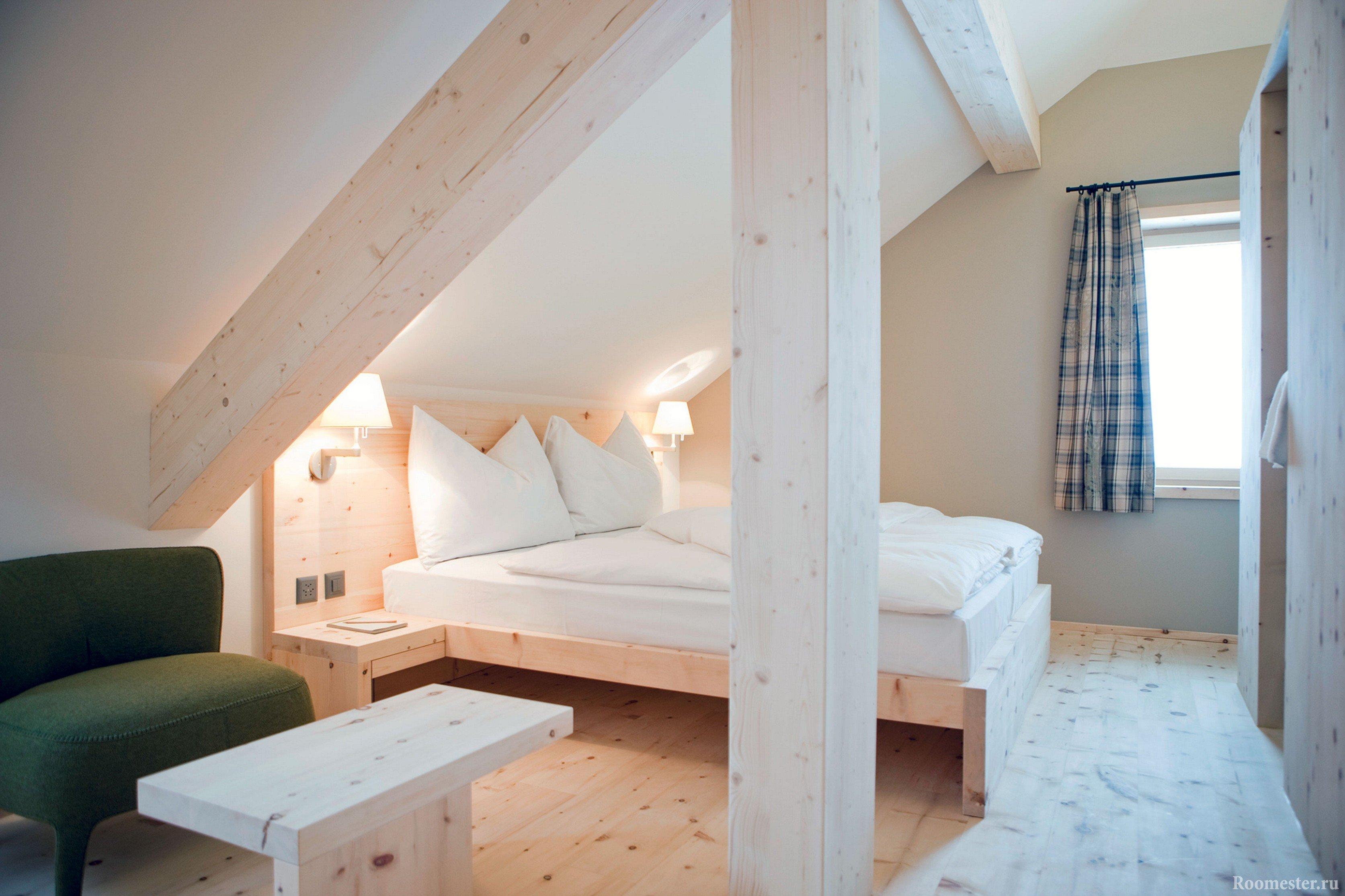 Экологичная спальня с отделкой деревом