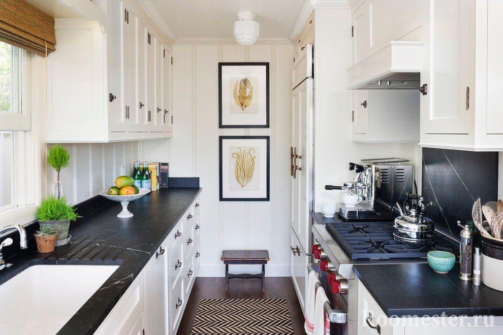 Длинная кухня с черной столешницей