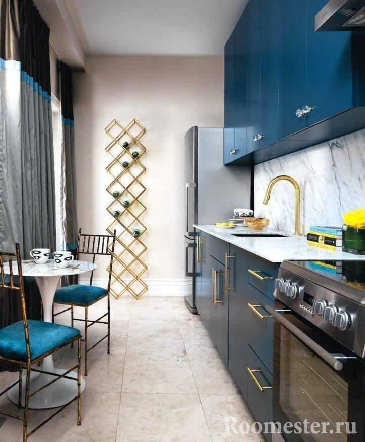 Узкая кухня синего цвета