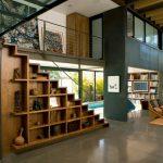 Место для хранения вдоль подъема лестницы