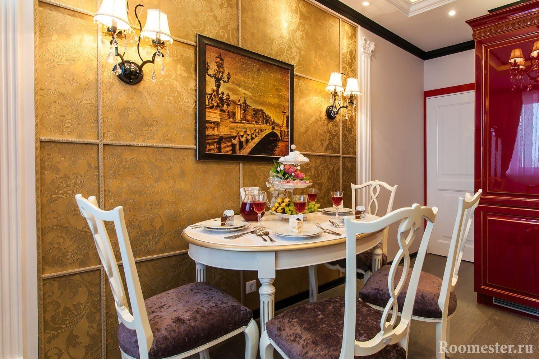 Декор стены кухни молдингами в золотистом цвете