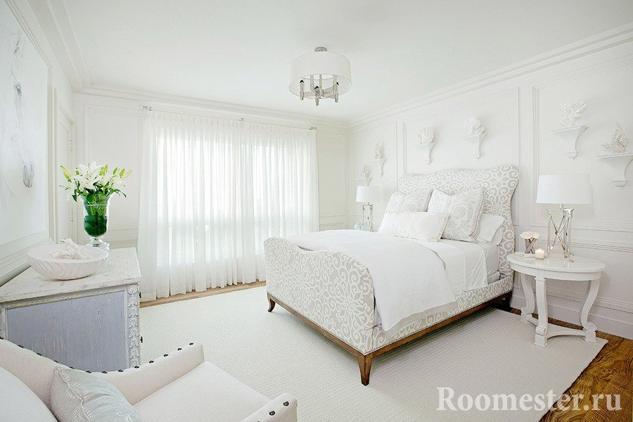 Молдинги в белом интерьере спальни
